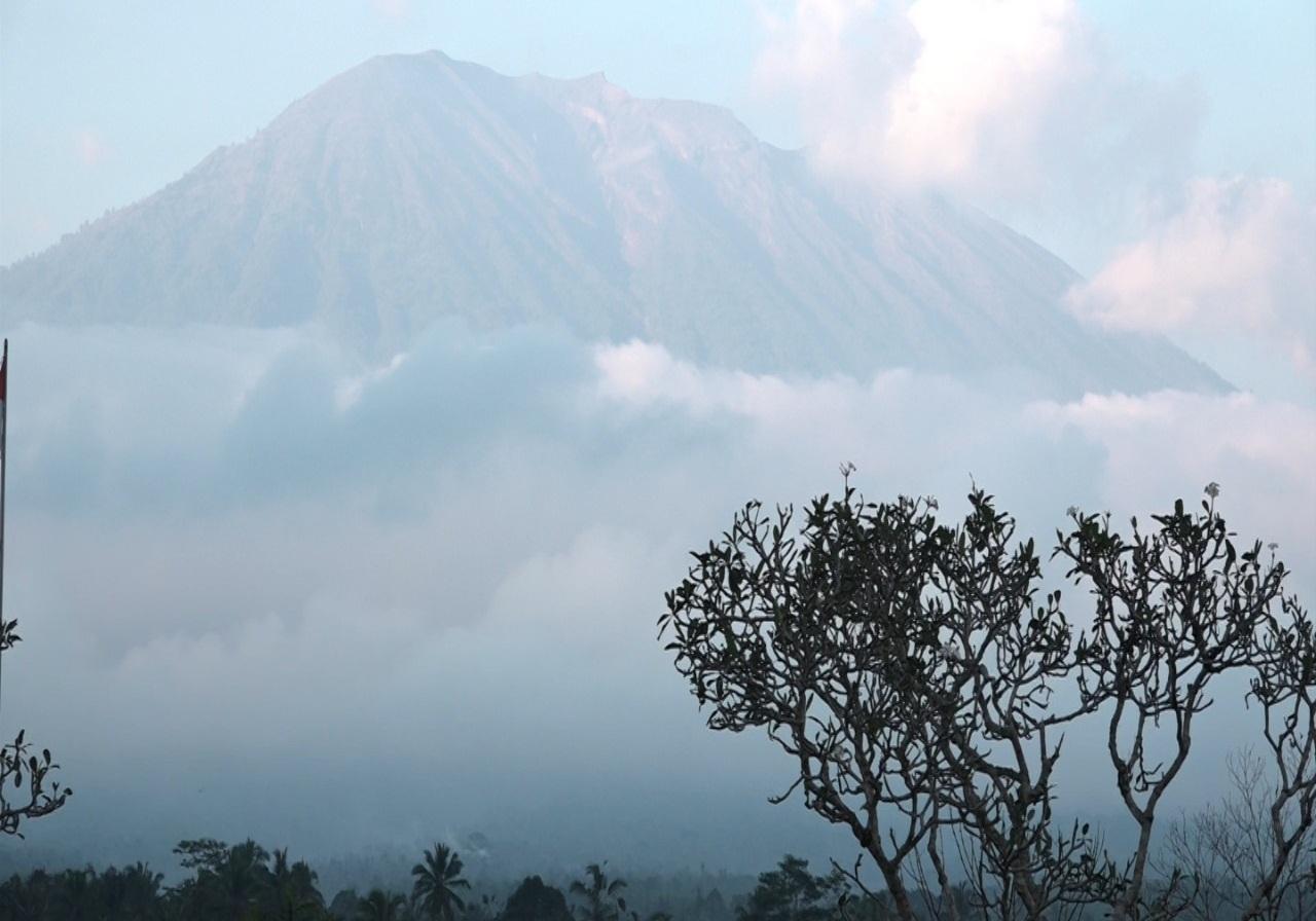 https: img-z.okeinfo.net content 2019 01 11 244 2002958 gunung-agung-kembali-erupsi-pvmbg-keluarkan-peringatan-ini-kHkltTR2k7.jpg