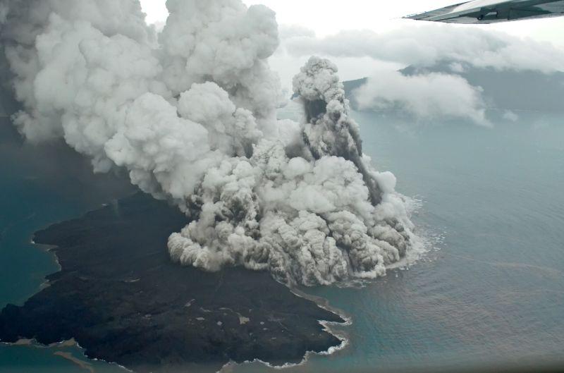 https: img-z.okeinfo.net content 2019 01 11 337 2002963 gunung-anak-krakatau-digoyang-40-kali-gempa-dilarang-mendekati-kawah-radius-5-km-ZGYqRAAJJN.jpg