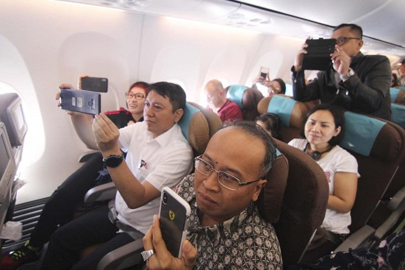 https: img-z.okeinfo.net content 2019 01 11 406 2003271 hadirkan-live-musik-di-pesawat-netizen-kritisi-garuda-indonesia-Cm5WiFw8r7.jpg