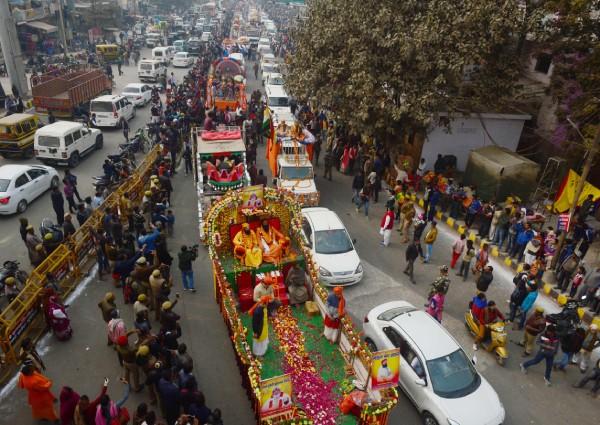 https: img-z.okeinfo.net content 2019 01 14 18 2004254 jutaan-umat-hindu-berkumpul-di-india-untuk-rayakan-festival-keagamaan-terbesar-di-dunia-nGYcG2NlOx.jpg