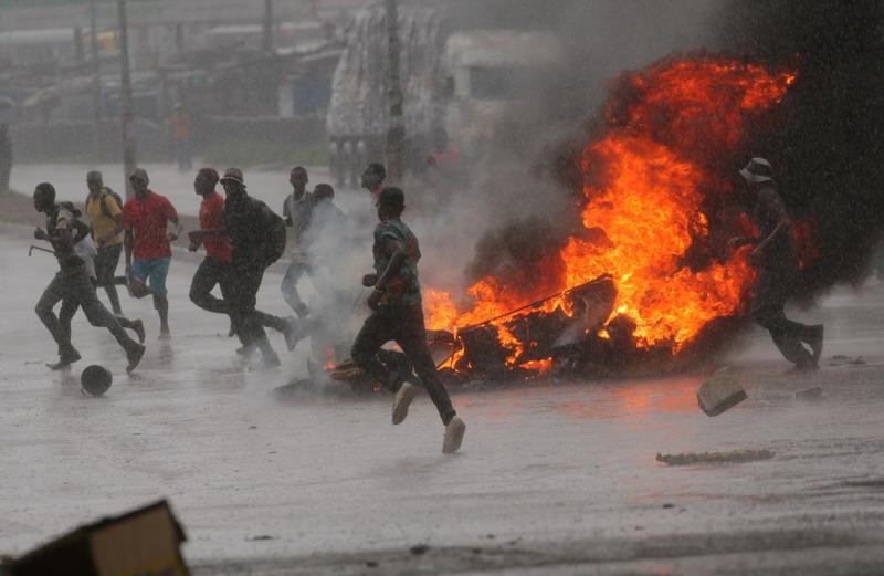 https: img-z.okeinfo.net content 2019 01 15 18 2004846 demonstrasi-kenaikan-bahan-bakar-buat-zimbabwe-lumpuh-mrOJ1UQ85N.jpg