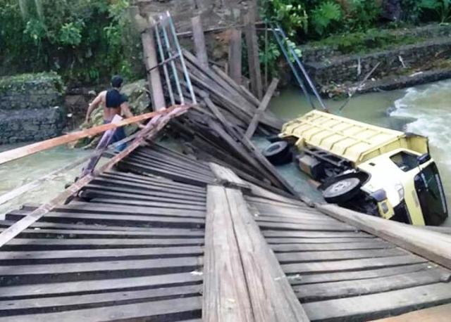 https: img-z.okeinfo.net content 2019 01 17 608 2005739 jembatan-ambruk-saat-dilintasi-truk-2-desa-terisolir-HkbWiq1JcW.jpg