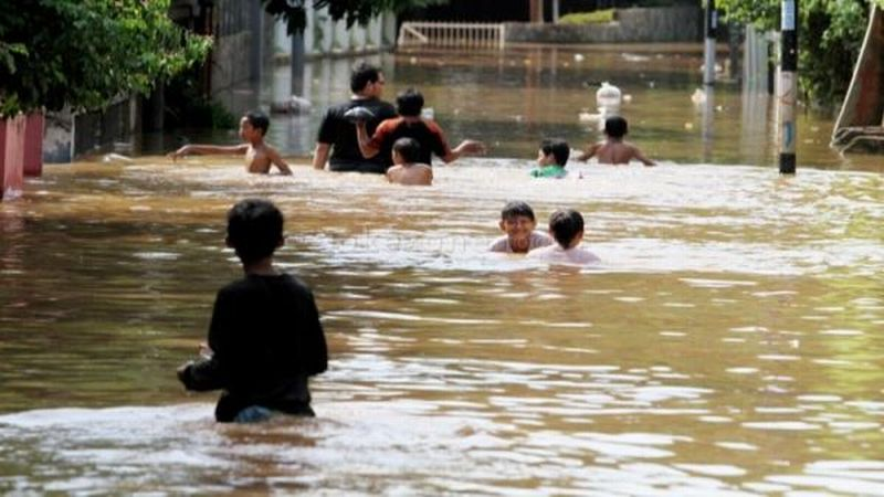 https: img-z.okeinfo.net content 2019 01 22 609 2007838 hujan-deras-makassar-terendam-banjir-seleher-orang-dewasa-KS4IakHOs1.jpg