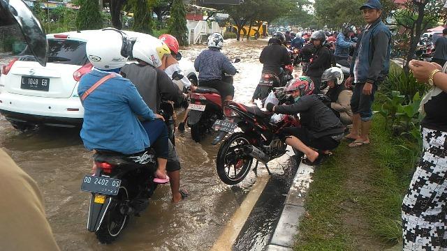 https: img-z.okeinfo.net content 2019 01 23 609 2008540 terobos-banjir-ratusan-motor-mogok-di-makassar-ONeMRevsKu.jpg