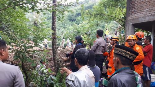 https: img-z.okeinfo.net content 2019 01 24 609 2008643 banjir-longsor-di-gowa-11-orang-meninggal-puluhan-lainnya-belum-ditemukan-DIRPZRprIt.jpg