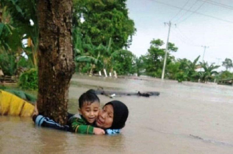 https: img-z.okeinfo.net content 2019 01 25 340 2009363 tolong-cucu-saat-banjir-di-gowa-nenek-nur-janna-akhirnya-meninggal-dunia-sqWuthNBMq.jpg