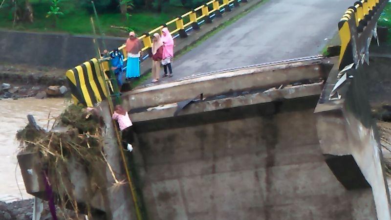 https: img-z.okeinfo.net content 2019 01 25 609 2009537 perjuangan-anak-sekolah-sebrangi-jembatan-putus-akibat-air-bah-WkcW7e3huY.jpg