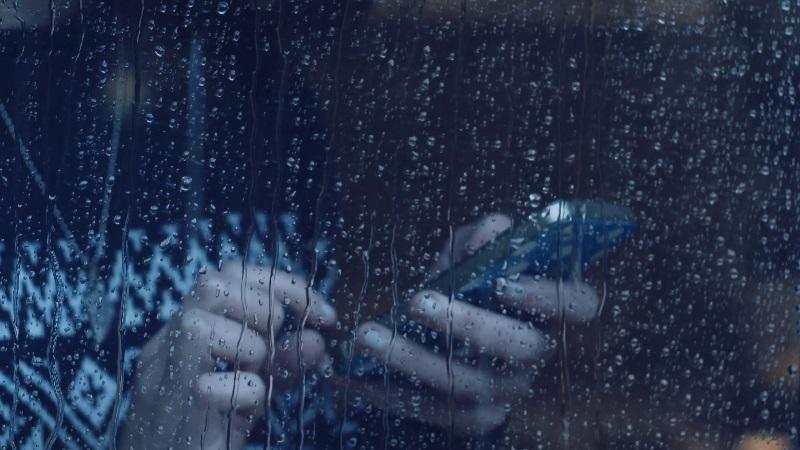 https: img-z.okeinfo.net content 2019 01 25 92 2009283 tips-cegah-kerusakan-ponsel-selama-musim-hujan-MhqQq66JZf.jpg