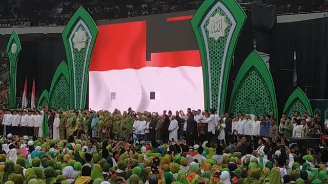 https: img-z.okeinfo.net content 2019 01 27 337 2010046 datang-ke-harlah-muslimat-nu-menteri-jokowi-gandeng-artis-korea-rMDzDtaeWX.jpg