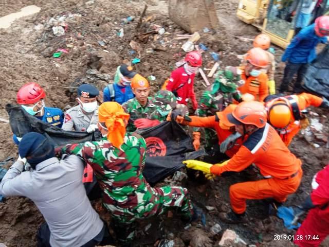 https: img-z.okeinfo.net content 2019 01 29 609 2011053 tim-sar-gabungan-kembali-temukan-korban-tewas-longsor-di-gowa-ReseeUw8VO.jpg