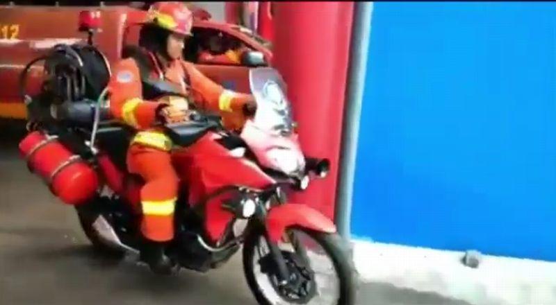 https: img-z.okeinfo.net content 2019 01 30 15 2011584 kawasaki-versys-x250-jadi-kendaraan-pemadam-kebakaran-RS3kTZGL91.jpg