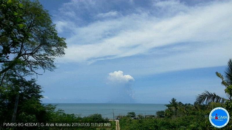 https: img-z.okeinfo.net content 2019 02 01 340 2012458 status-siaga-gunung-anak-krakatau-alami-4-kali-gempa-7dIFaF5qBS.jpg