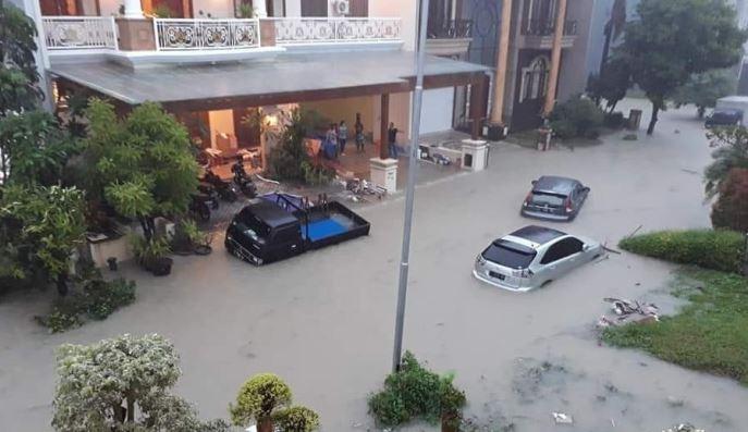 https: img-z.okeinfo.net content 2019 02 01 519 2012208 surabaya-dikepung-banjir-puluhan-kendaraan-tenggelam-Tbhdp97KMa.JPG