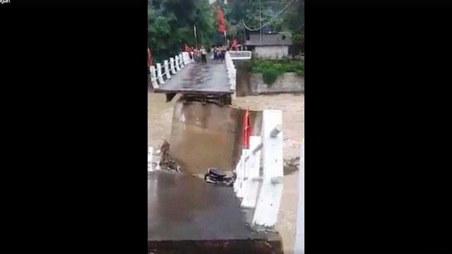 https: img-z.okeinfo.net content 2019 02 02 512 2012857 diterjang-arus-sungai-jembatan-desa-repaking-putus-n3t6dBDhy1.jpg