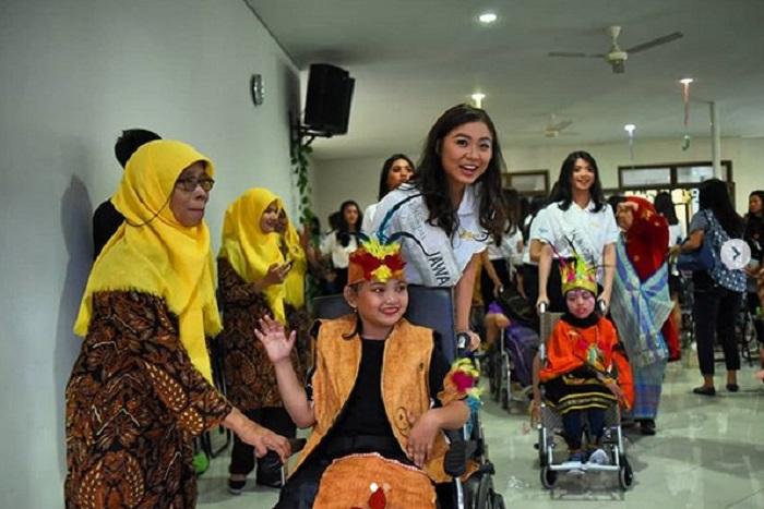 https: img-z.okeinfo.net content 2019 02 07 194 2014852 finalis-miss-indonesia-2019-kunjungi-penyintas-celebral-palsy-1SHXfwjTxb.jpg