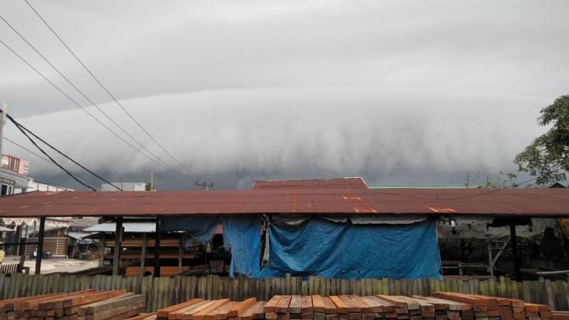 https: img-z.okeinfo.net content 2019 02 09 340 2015796 heboh-awan-hitam-berbentuk-gelombang-tsunami-selimuti-langit-pangkalan-bun-NDru5MneXh.jpg