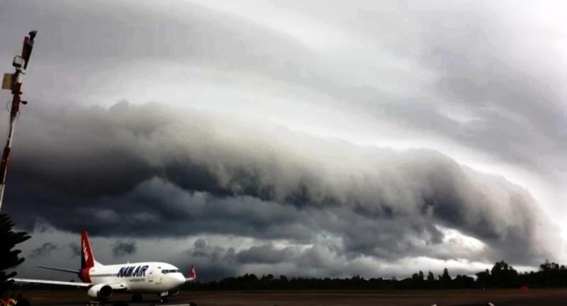 https: img-z.okeinfo.net content 2019 02 10 340 2015959 awan-tsunami-di-pangkalan-bun-sempat-buat-sejumlah-penerbangan-tertunda-h1N0ndT4Dv.jpg