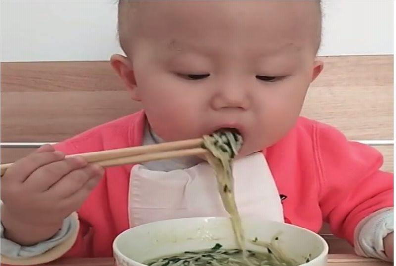 https: img-z.okeinfo.net content 2019 02 11 298 2016380 menggemaskan-bayi-ini-mahir-makan-pakai-sumpit-YJFgyLD77t.jpg