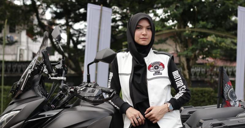 https: img-z.okeinfo.net content 2019 02 11 33 2016567 kia-poetri-awalnya-seksi-kini-jadi-lady-biker-berhijab-oTRi05MvFi.jpg
