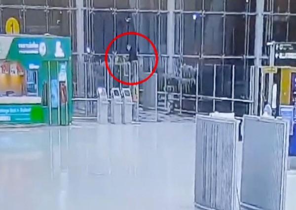 https: img-z.okeinfo.net content 2019 02 12 18 2016855 turis-rusia-tewas-melompat-dari-lantai-empat-bandara-internasional-thailand-MDMM7jxJnM.jpg