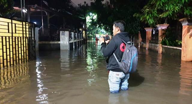 https: img-z.okeinfo.net content 2019 02 12 338 2016615 hujan-deras-dan-luapan-kali-cipinang-komplek-depsos-kebanjiran-h8Z56JNltd.jpg