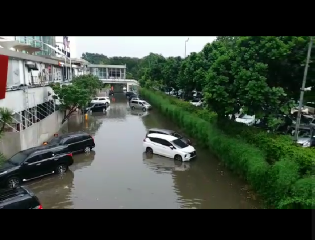 https: img-z.okeinfo.net content 2019 02 12 338 2016621 diguyur-hujan-parkiran-mal-cibubur-junction-tergenang-air-XKxHbBhjqf.png