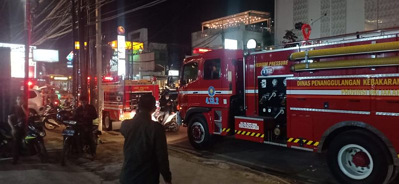 https: img-z.okeinfo.net content 2019 02 12 338 2017083 mobil-toyota-agya-terbakar-di-jalan-kemang-raya-ueFnlsNK5f.jpg
