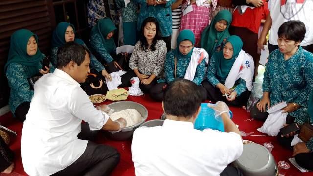 https: img-z.okeinfo.net content 2019 02 12 606 2016609 warga-dapat-edukasi-peluang-usaha-di-pelatihan-cooking-class-caleg-perindo-mVd7wC1imx.jpg
