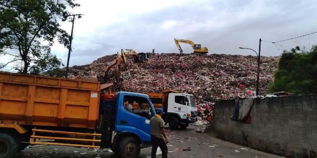 https: img-z.okeinfo.net content 2019 02 13 338 2017582 kota-depok-terancam-banjir-sampah-IrgVoTe096.jpg