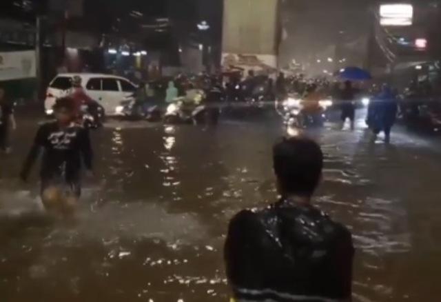 https: img-z.okeinfo.net content 2019 02 17 338 2018990 hujan-deras-pada-minggu-dini-hari-ciledug-raya-tergenang-banjir-KH2snqRzwb.jpg