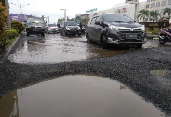 https: img-z.okeinfo.net content 2019 02 17 338 2019068 jalan-arteri-kalimalang-bekasi-rusak-parah-dipenuhi-lubang-seperti-kolam-l2tosmPsVo.JPG