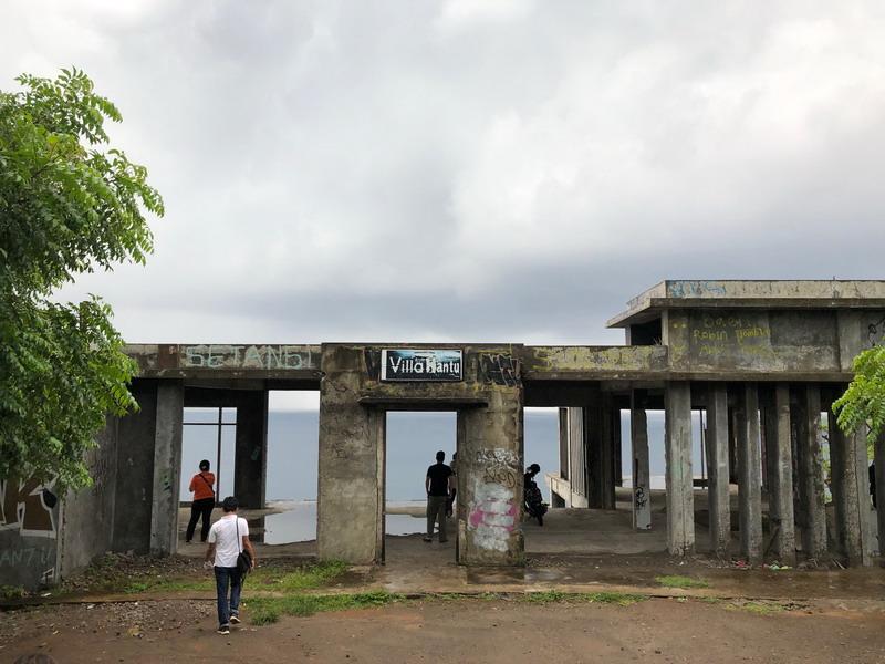 https: img-z.okeinfo.net content 2019 02 21 406 2021149 kisah-misteri-villa-hantu-di-kaki-bukit-pantai-senggigi-berani-mampir-SaLlCCH8xn.jpg