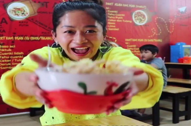 https: img-z.okeinfo.net content 2019 02 22 298 2021431 farida-nurhan-icip-icip-kuliner-artis-enakkan-punya-siapa-YVvTOMKQJO.jpg
