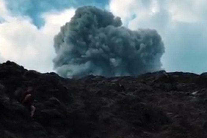 https: img-z.okeinfo.net content 2019 02 25 244 2022600 viral-video-3-wna-daki-gunung-agung-saat-erupsi-sampai-ngesot-hindari-asap-vulkanik-RrfSKYulG5.jpg