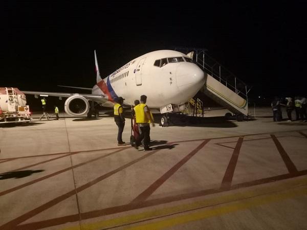https: img-z.okeinfo.net content 2019 02 26 340 2022816 pesawat-malaysia-airlines-mendarat-darurat-di-bandara-sultan-thaha-jambi-1yUP6KqzKj.jpg