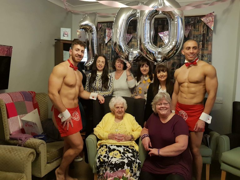 https: img-z.okeinfo.net content 2019 03 02 18 2025028 nenek-di-inggris-minta-rayakan-ultahnya-yang-ke-100-bersama-pria-kekar-telanjang-f5VkCYXhfJ.jpg