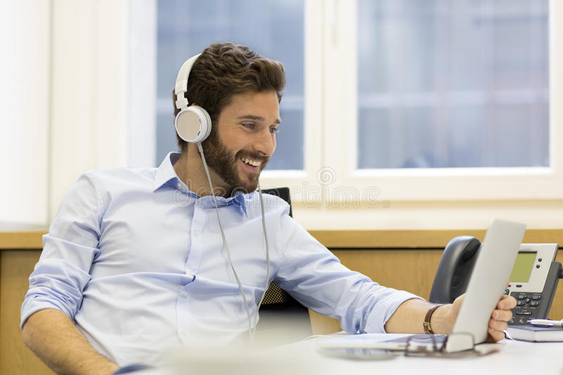 https: img-z.okeinfo.net content 2019 03 04 481 2025758 batas-aman-penggunaan-headphone-saat-mendengarkan-musik-hjoG3MwKc1.jpg