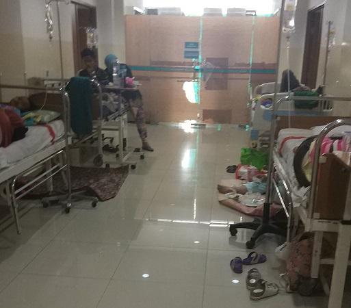 https: img-z.okeinfo.net content 2019 03 06 338 2026708 kamar-penuh-pasien-anak-anak-penderita-dbd-dirawat-di-selasar-rsu-tangsel-ZmMvZi1lH0.jpg