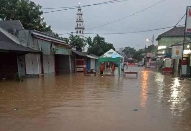 https: img-z.okeinfo.net content 2019 03 06 519 2026416 sejumlah-wilayah-di-madiun-banjir-lalu-lintas-jalur-utama-ke-surabaya-terganggu-5Gatk1qohB.jpg