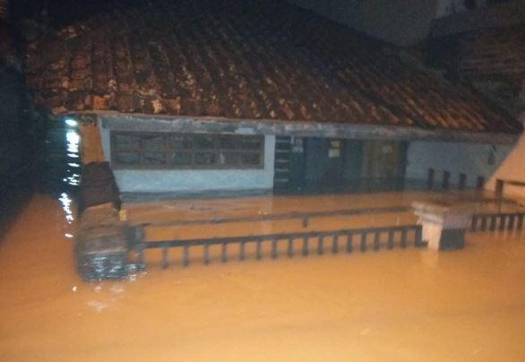 https: img-z.okeinfo.net content 2019 03 06 525 2026837 8-kecamatan-di-kabupaten-bandung-dikepung-banjir-6-361-rumah-warga-terendam-71mlOCVdWV.JPG
