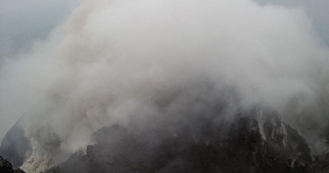 https: img-z.okeinfo.net content 2019 03 07 512 2026941 merapi-kembali-luncurkan-awan-panas-dan-terekam-9-kali-gempa-STQ4i8fy1A.jpg