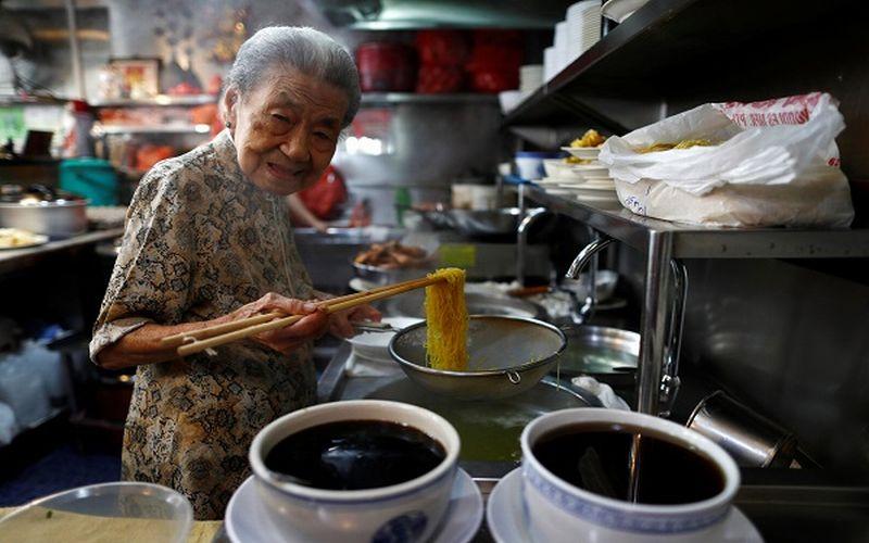 https: img-z.okeinfo.net content 2019 03 08 298 2027475 penjual-mi-tertua-di-dunia-nenek-usia-90-tahun-EJbUcwu4km.jpg