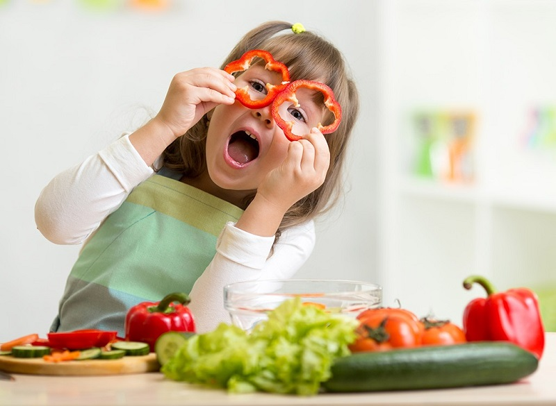 https: img-z.okeinfo.net content 2019 03 09 481 2027899 tips-pola-makan-sehat-bagi-si-kecil-ala-dr-reisa-broto-asmoro-jX5K3ripYx.jpg
