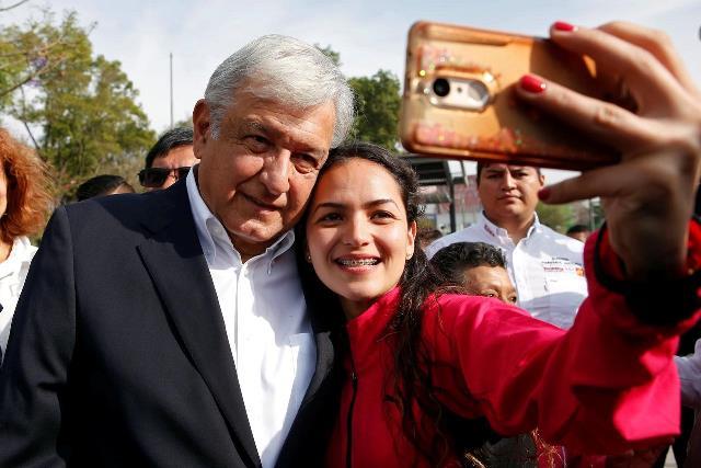 https: img-z.okeinfo.net content 2019 03 11 18 2028404 gaya-presiden-meksiko-naik-pesawat-ekonomi-swafoto-bareng-warga-hingga-bepergian-tanpa-pengawalan-UPG45HDbCr.jpg
