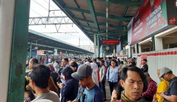 https: img-z.okeinfo.net content 2019 03 11 338 2028312 penumpang-krl-menumpuk-di-stasiun-manggarai-7xdDVzlQSR.JPG