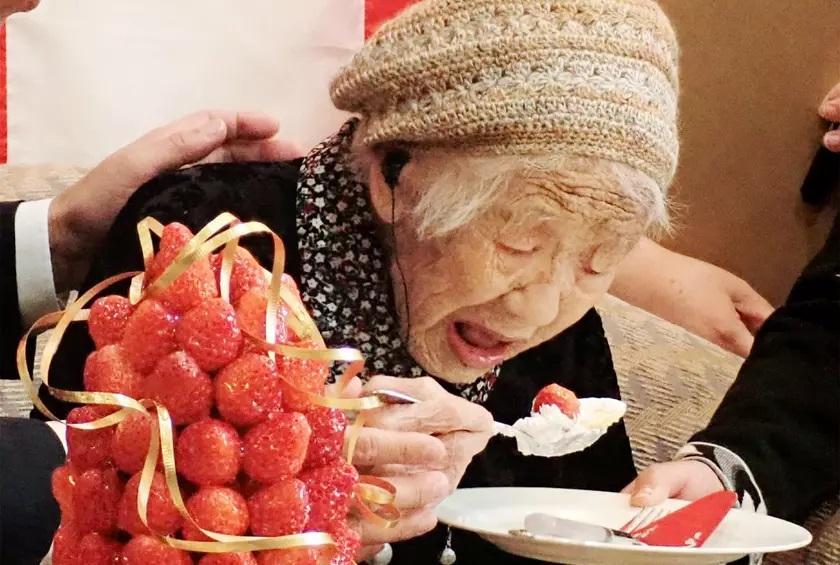 https: img-z.okeinfo.net content 2019 03 12 298 2028983 stroberi-dan-camilan-manis-rahasia-panjang-umur-wanita-tertua-di-dunia-ESYAIJAYKH.jpg