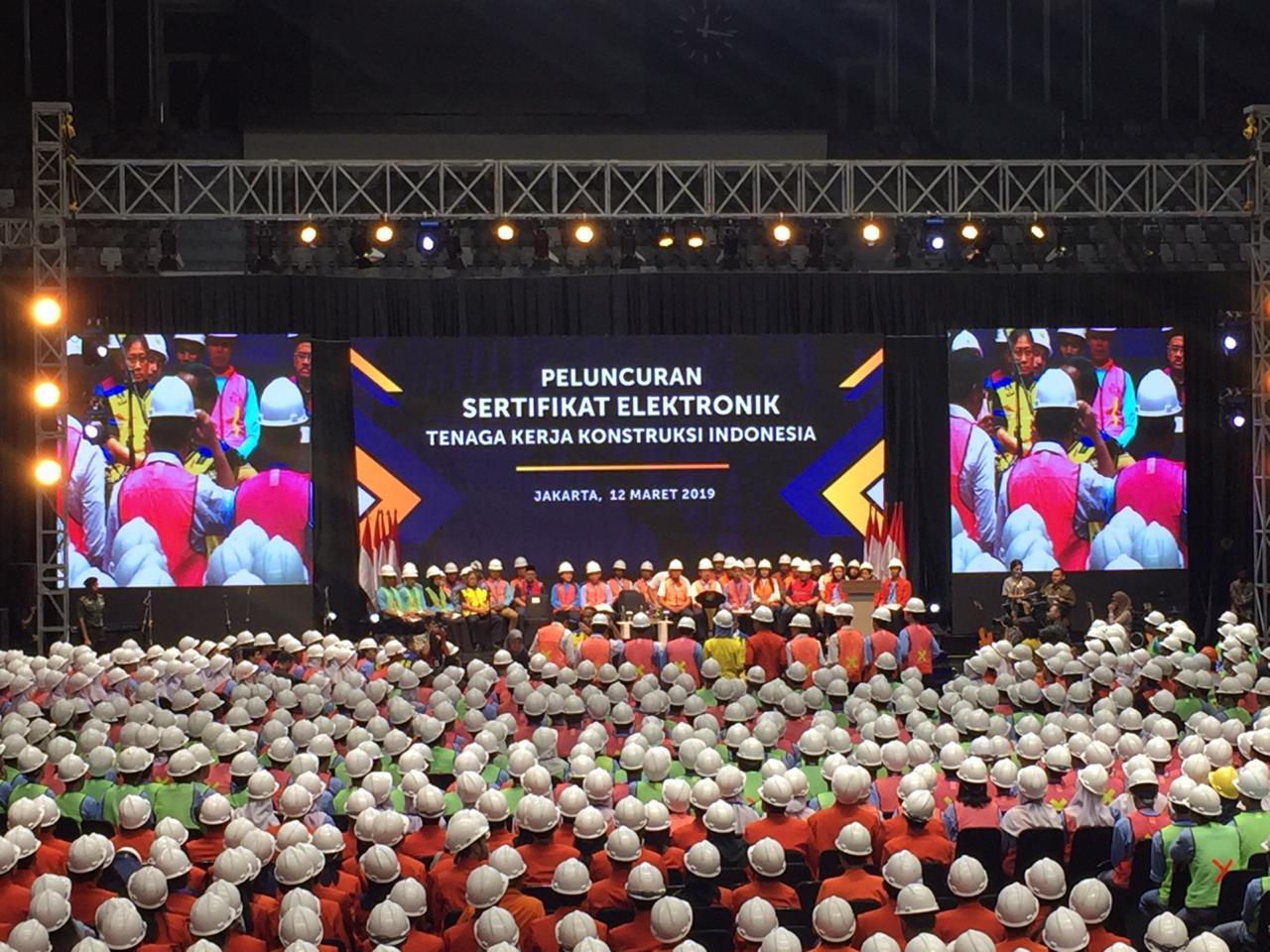 https: img-z.okeinfo.net content 2019 03 12 470 2028879 bahagianya-presiden-jokowi-bagikan-16-000-sertifikat-tenaga-kerja-konstruksi-tLH8pGMA46.jpg