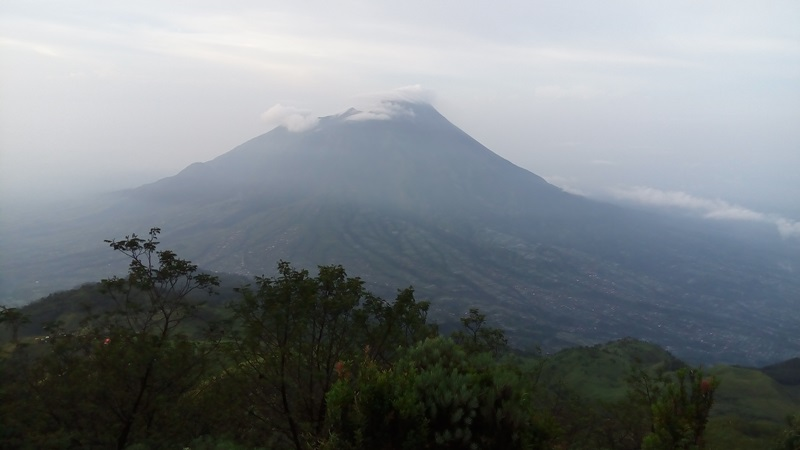 https: img-z.okeinfo.net content 2019 03 12 512 2028792 gunung-merapi-masih-waspada-kemarin-digoyang-48-kali-gempa-csh68gniuS.jpg