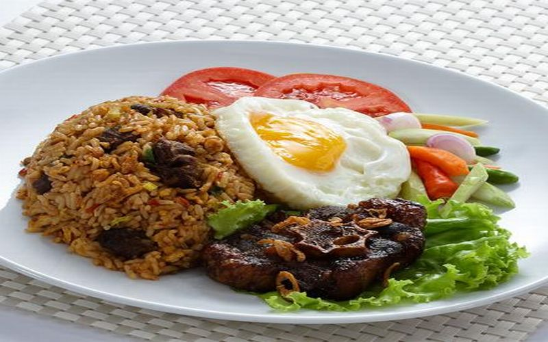 https: img-z.okeinfo.net content 2019 03 13 298 2029280 nasi-goreng-buntut-untuk-makan-siang-enaknya-nagih-3TAvclX7Iq.jpg