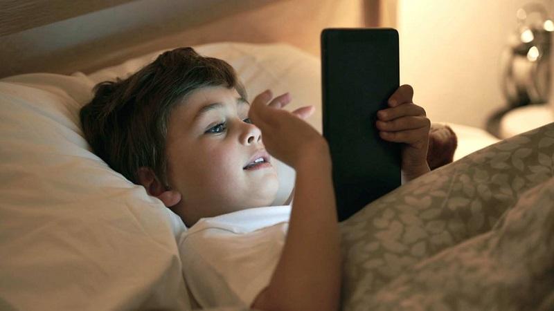 https: img-z.okeinfo.net content 2019 03 13 481 2029290 awas-ini-bahayanya-anak-main-gadget-sebelum-tidur-dHRXDq340e.jpg